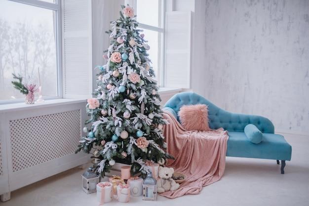 Schöner weihnachtsbaum verziert mit spielwaren