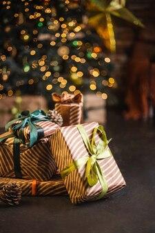 Schöner weihnachtsbaum verziert mit spielzeug und geschenken