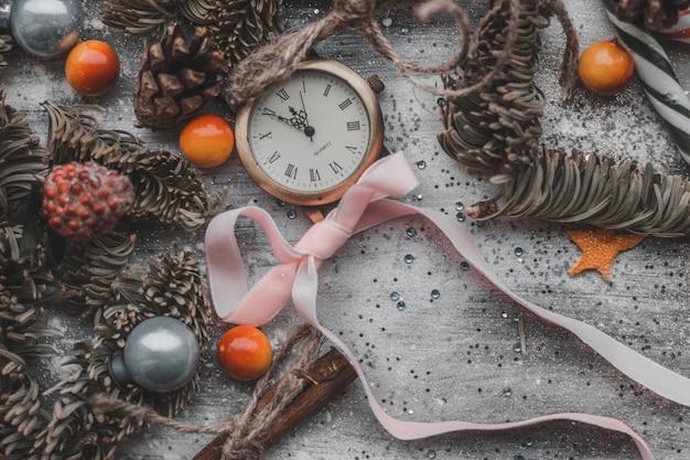 Schöner weihnachtsdekor auf einem holztisch