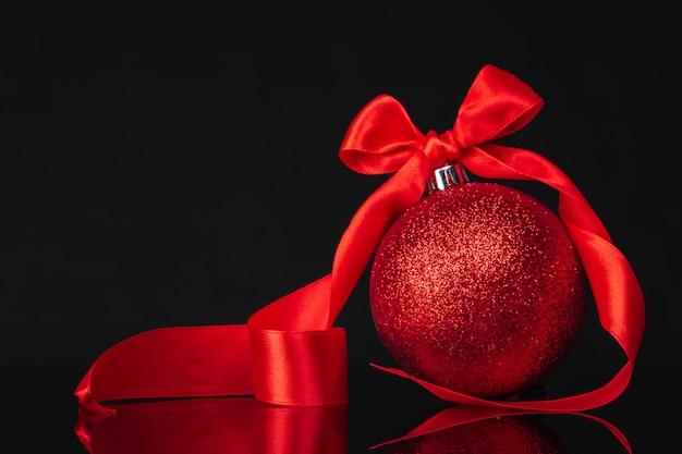 Schöner weihnachtsflitterabschluß oben auf einem dunkelroten hintergrund