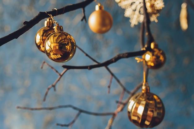 Schöner weihnachtshintergrund mit copyspace bällen neujahr.