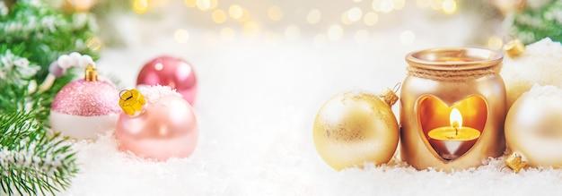 Schöner weihnachtshintergrund mit dekor. selektiver fokus. urlaub.