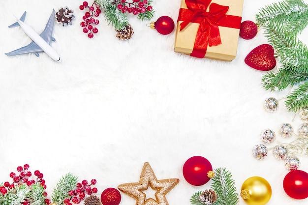 Schöner weihnachtshintergrund mit flugzeug, reisekonzept. selektiver fokus. urlaub.