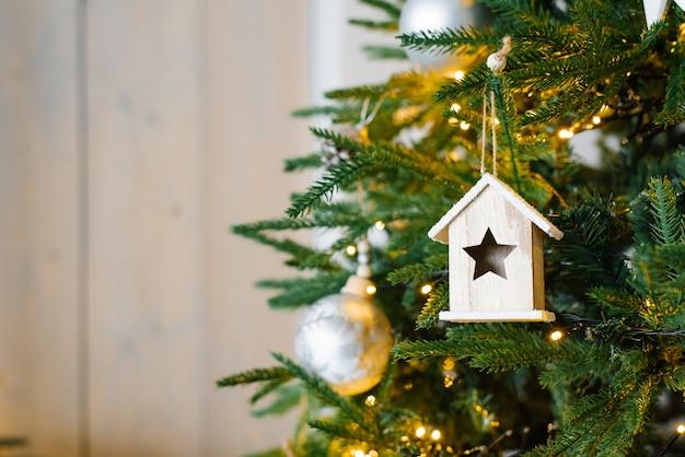 Schöner weihnachtshintergrund von defokussierten lichtern mit geschmücktem baum a