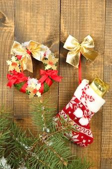 Schöner weihnachtskranz, auf holztisch