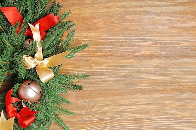 Schöner weihnachtskranz auf holzuntergrund