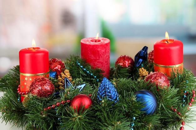Schöner weihnachtskranz auf raumoberfläche