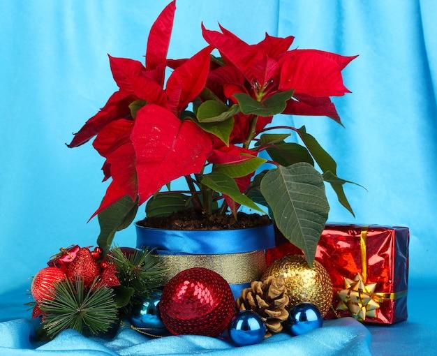 Schöner weihnachtsstern mit weihnachtskugeln und geschenken