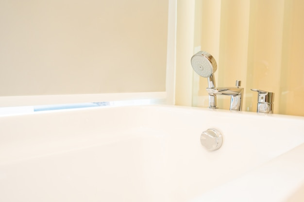 Schöner weißer badewannendekorationsinnenraum des badezimmers