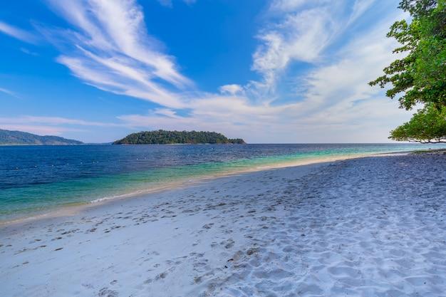 Schöner weißer sandstrand mit baum in tropischem meer in lipe-insel thailand