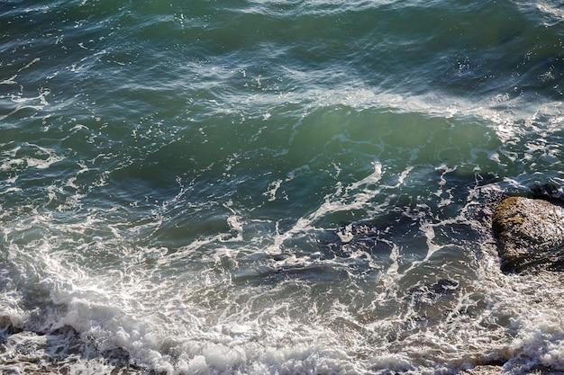 Schöner wilder strand und klares warmes meer. malerische aussicht