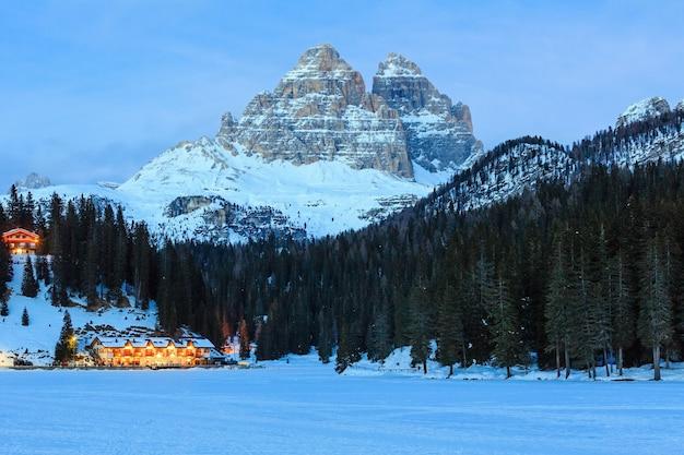 Schöner winter gefrorener alpensee misurina blick auf auronzo di cadore italien