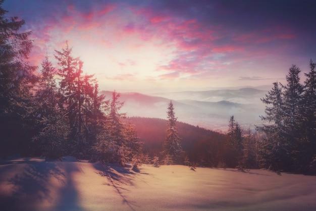 Schöner winterlicher sonnenuntergang in den bergen, kunstverarbeitung.