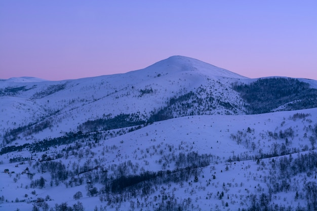 Schöner wintersonnenuntergang in den bergen.