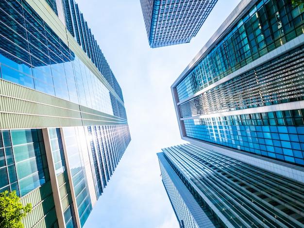 Schöner wolkenkratzer mit architektur und gebäude um stadt