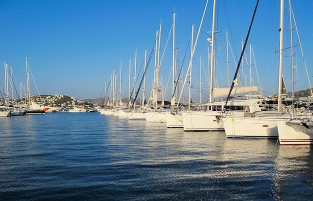 Schöner yachthafen mit segelbooten und booten am sonnigen tag auf dem hintergrund des blauen himmels