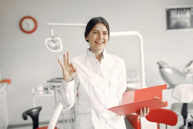 Schöner zahnarzt, der an einer zahnmedizinischen klinik arbeitet