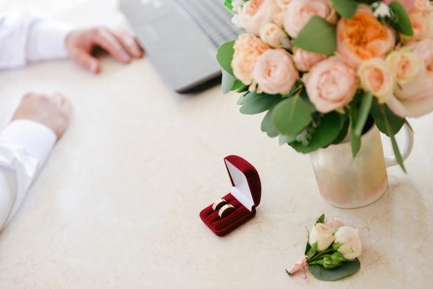 Schöner zarter hochzeitsblumenstrauß von rosen ist auf dem stuhl