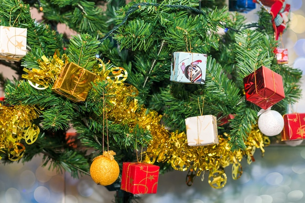 Schöner zusatz verzierte weihnachtsbaum, funkeln und feenhaften feiertag bokeh hintergrund