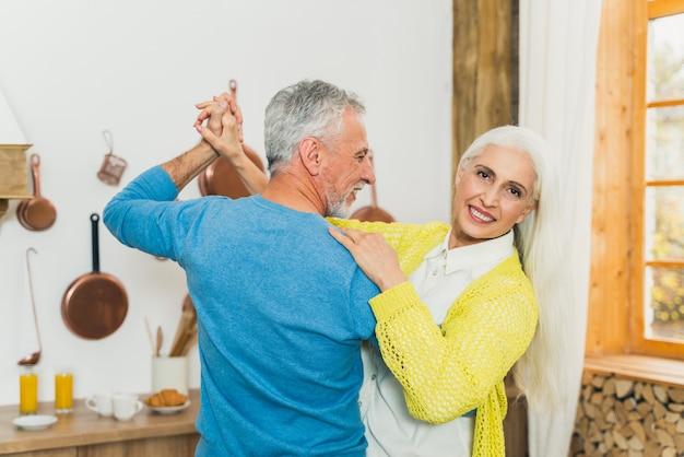 Schönes älteres liebespaar. porträt älterer menschen, während sie spaß zu hause haben