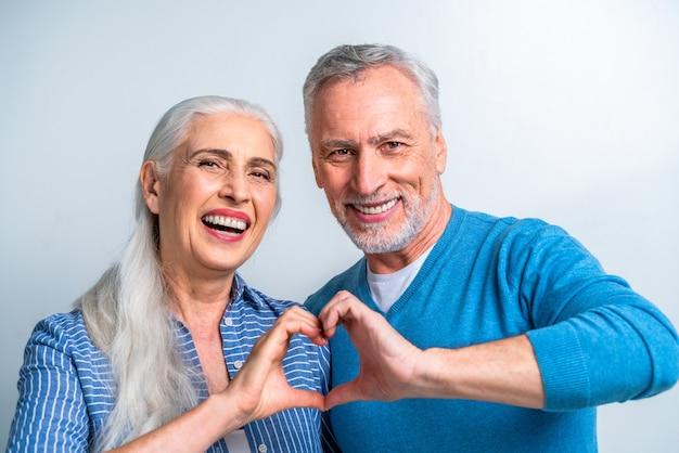 Schönes älteres liebespaar - porträt älterer menschen