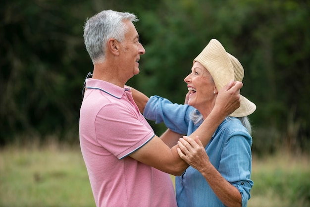Schönes älteres paar, das zeit miteinander verbringt