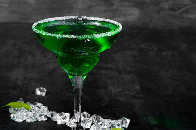 Schönes alciohol cocktail auf dunkler steintabelle