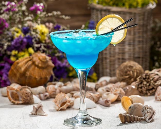 Schönes alkoholisches cocktail, auf einem holztisch