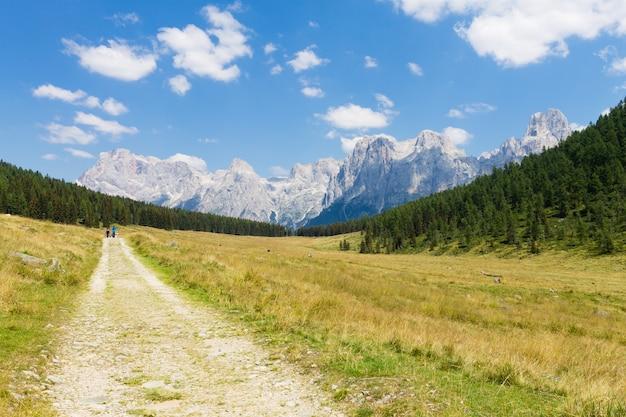 Schönes alpenpanorama, gruppe pala von dolomiten vom calaita see, italienische landschaft