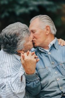 Schönes altes ehepaar verbrachte zeit zusammen in einem park