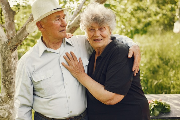 Schönes altes ehepaar verbringen zeit in einem sommergarten