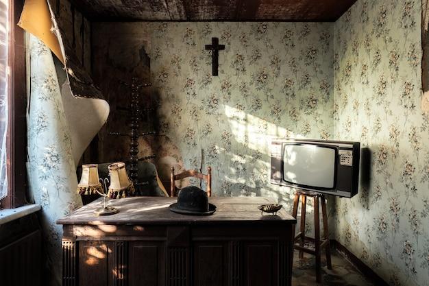 Schönes altes haus mit vintage-möbeln in belgien gefangen genommen