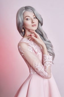 Schönes animepuppenmädchen im rosa kleid