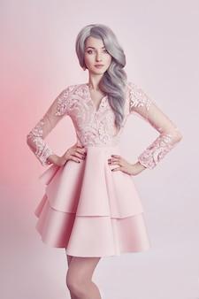 Schönes animepuppenmädchen im rosafarbenen kleid