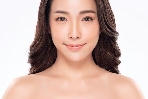 Schönes asiatinlächeln mit sauberer und frischer haut glück und nett