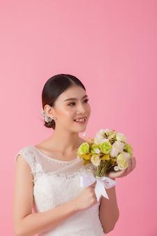 Schönes asiatisches brautporträt im rosa