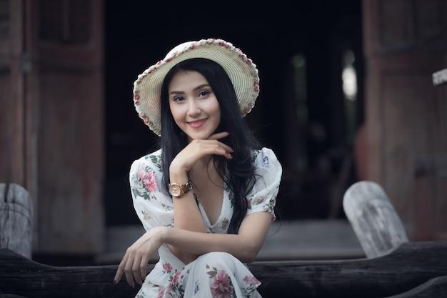 Schönes asiatisches frauenmädchen-porträtprofil und lächeln in der retro- weinlesebildart des gartens