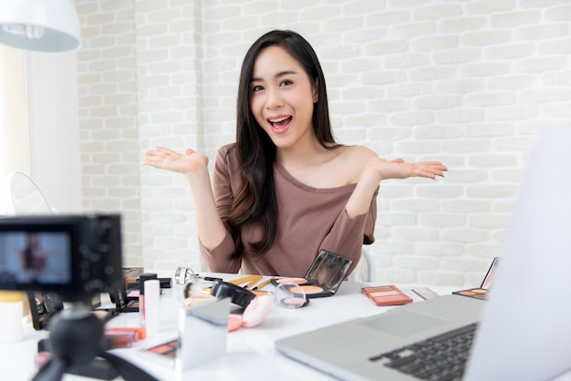 Schönes asiatisches frauenschönheit vlogger, das kosmetisches make-uptutorial aufzeichnet