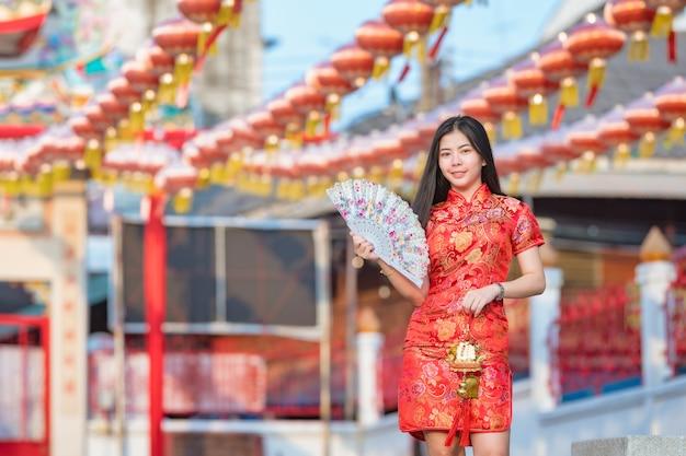 Schönes asiatisches modell, das traditionelles cheongsam trägt glückliches chinesisches neues jahr