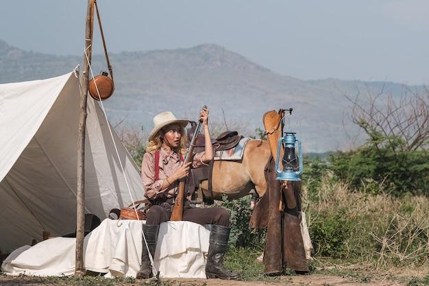 Schönes asien-mädchen, das um ihrem pferd mit liebe und interessieren sich kümmert