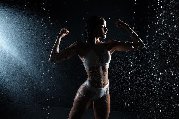Schönes athletisches kaukasisches mädchen mit einer perfekten zahl