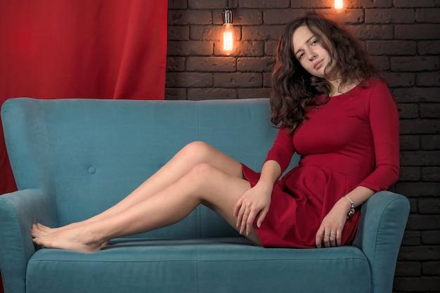 Schönes attraktives mädchen in einem roten kleid