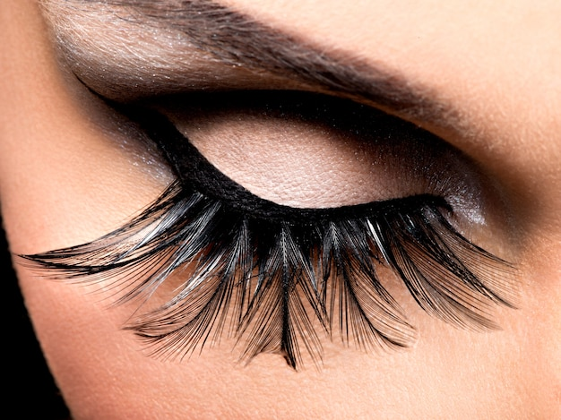 Schönes augen make-up mit langen falschen wimpern. urlaubsgesicht
