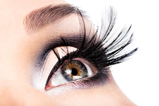 Schönes augen make-up. wellness, kosmetik und make-up. urlaubsgesicht