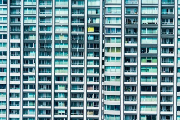 Schönes außengebäude und architektur mit fenstermuster