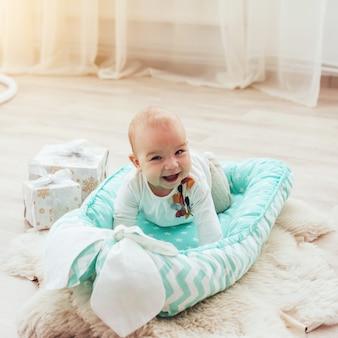 Schönes baby im bett