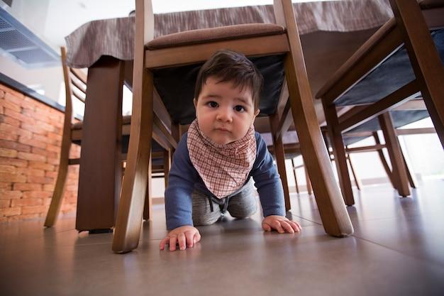 Schönes baby unter dem tisch.