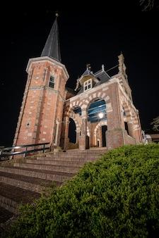 Schönes backsteingebäude von waterpoort gate im hafen von sneek, friesland, niederlande
