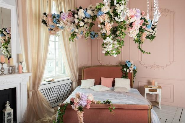 Schönes barockschlafzimmer mit blumen geschmückt