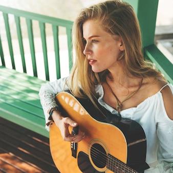 Schönes bauernmädchen mit ihrer gitarre